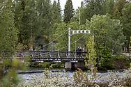 VILDMARKSVÄGEN JULI 2020<br /> Vandrare som passerar bron i Ankarede under helgens tur efter Vildmarksvägen.<br /> Foto: Per Danielsson/Projekt.P