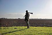 Nederland, Huissen, 10-12-2011Jagers lopen over een akker op zoek naar hazen om te schieten.Foto: Flip Franssen/Hollandse Hoogte