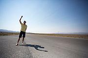 Robert Braam, de rijder van het team, bekijkt het parcours. Het Human Power Team Delft en Amsterdam (HPT), dat bestaat uit studenten van de TU Delft en de VU Amsterdam, is in Amerika om te proberen het record snelfietsen te verbreken. Momenteel zijn zij recordhouder, in 2013 reed Sebastiaan Bowier 133,78 km/h in de VeloX3. In Battle Mountain (Nevada) wordt ieder jaar de World Human Powered Speed Challenge gehouden. Tijdens deze wedstrijd wordt geprobeerd zo hard mogelijk te fietsen op pure menskracht. Ze halen snelheden tot 133 km/h. De deelnemers bestaan zowel uit teams van universiteiten als uit hobbyisten. Met de gestroomlijnde fietsen willen ze laten zien wat mogelijk is met menskracht. De speciale ligfietsen kunnen gezien worden als de Formule 1 van het fietsen. De kennis die wordt opgedaan wordt ook gebruikt om duurzaam vervoer verder te ontwikkelen.<br /> <br /> Robert Braam takes a look at the track. The Human Power Team Delft and Amsterdam, a team by students of the TU Delft and the VU Amsterdam, is in America to set a new  world record speed cycling. I 2013 the team broke the record, Sebastiaan Bowier rode 133,78 km/h (83,13 mph) with the VeloX3. In Battle Mountain (Nevada) each year the World Human Powered Speed Challenge is held. During this race they try to ride on pure manpower as hard as possible. Speeds up to 133 km/h are reached. The participants consist of both teams from universities and from hobbyists. With the sleek bikes they want to show what is possible with human power. The special recumbent bicycles can be seen as the Formula 1 of the bicycle. The knowledge gained is also used to develop sustainable transport.