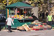 Stoisko w warzywami na rogu Placu Ronalda Regana