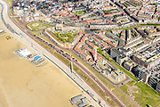 Nederland, Zuid-Holland, Scheveningen, 28-04-2017; de nieuw ontworpen boulevard (architect Manuel De Solà-Morales) met de dijk-in-boulevard, een verborgen dijk die de zeewering vormt in combinatie met voetgangerszone.<br /> The newly designed boulevard (architect Manuel De Solà-Morales) with the dike-in-boulevard: a hidden seawall.<br /> luchtfoto (toeslag op standard tarieven);<br /> aerial photo (additional fee required);<br /> copyright foto/photo Siebe Swart
