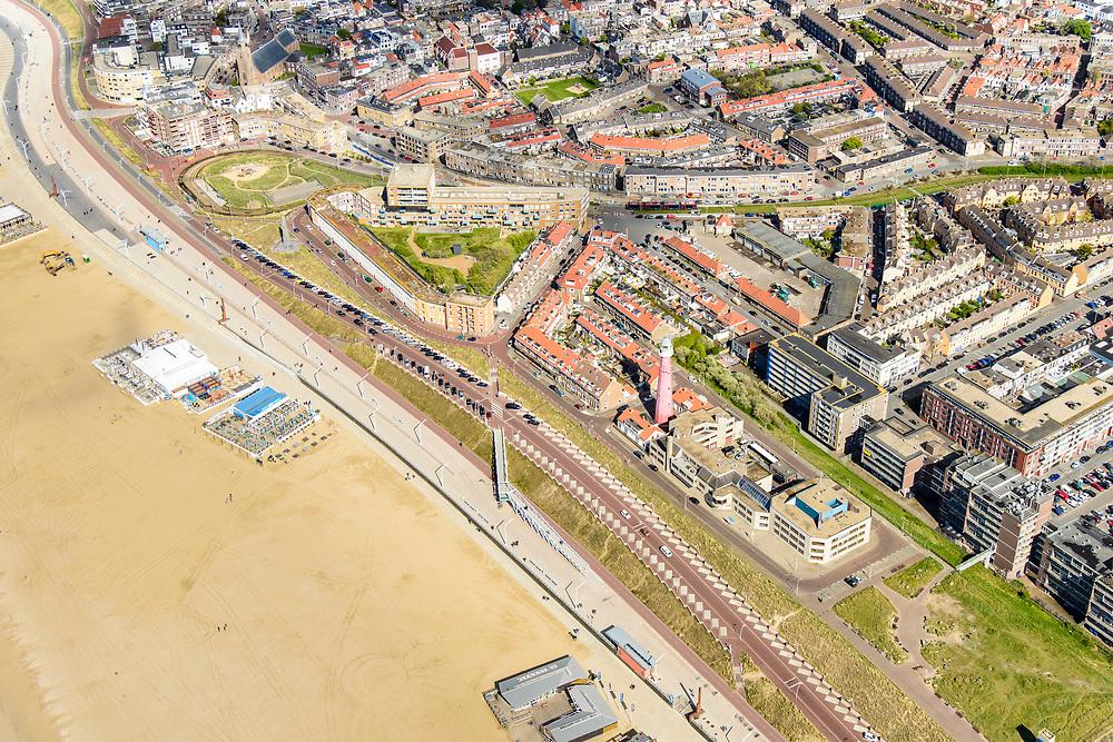 Nederland, Zuid-Holland, Scheveningen, 28-04-2017; de nieuw ontworpen boulevard (architect Manuel De Solà-Morales) met de dijk-in-boulevard, een verborgen dijk die de zeewering vormt in combinatie met voetgangerszone.<br /> The newly designed boulevard (architect Manuel De Solà-Morales) with the dike-in-boulevard: a hidden seawall.<br /> luchtfoto (toeslag op standard tarieven);<br /> aerial photo (additional fee required);<br /> copyright foto/photo Siebe Swart