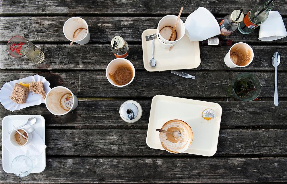 Nederland, Amsterdam, 17 mei 2012.Picknicktafel met resten van maaltijd. Allerlei leeg (papieren) weggooi servies op houten tafel.Foto (c): Michiel Wijnbergh