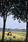 Nederland, Ubbergen, 26-9-2011In de Ooijpolder maakt een boer gebruik van het mooie weer om gras te maaien en tot balen te persen.Foto: Flip Franssen/Hollandse Hoogte