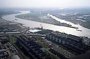 Nederland, Zuid-Holland, Papendrecht, 08-03-2002; in Z richting met het eiland Sophiapolder, links hiervan de Noord die uitmondt in de Beneden Merwede (naar links) en de Oude Maas -  naar rechts met Dordrecht;  de Sophiaspoortunnel vd Betuweroute loop diagonaal van rechtsboven, onder het eiland door naar linksonder, net boven de kabelfabriek;  infrastuctuur verkeer en vervoer rivier scheepvaart zware industie binnenvaart;<br /> luchtfoto (toeslag), aerial photo (additional fee)<br /> foto /photo Siebe Swart