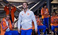 AMSTELVEEN -  Jeroen Hertzberger (Ned) , die zijn 250ste interland speelt, na de wedstrijd met KNHB bestuurslid Stephan Veen ,  de Pro League hockeywedstrijd heren, Nederland - Groot-Brittannie. COPYRIGHT KOEN SUYK