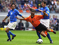 Fotball<br /> EM-sluttspillet 2000<br /> Nederland v Italia<br /> Foto: Digitalsport<br /> Norway Only<br /> Edgar Davids, Nederland, og Stefano Fiore og Mark Juliano, Italia