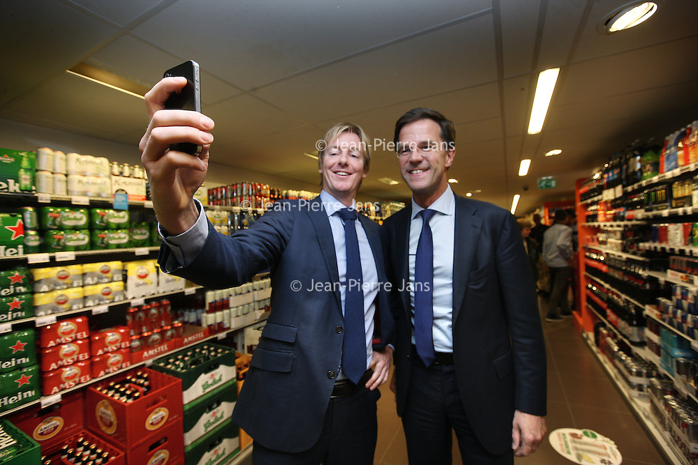 Nederland, Amsterdam , 30-10-2014.<br /> Bedrijfsbezoek van minister-president Mark Rutte op uitnodiging van Ahold/Albert Heijn aan Albert Heijn filiaal in de Molukkenstraat in Amsterdam Oost.<br /> Op de foto: Mark Rutte met filiaalmanager Wouter Locher tijdens het maken van selfie.<br /> <br /> <br /> Foto:Jean-Pierre Jans/ANPinOpdracht