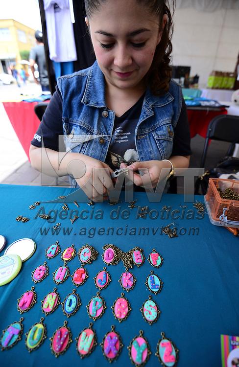 Metepec, México (Abril 29, 2016).- Artesanos, jóvenes emprendedores y diseñadores, participan en el 5º aniversario del Tianguis Creativo, que se instalo en la Plaza Juárez en el centro de Metepec, dedicados a promover y fomentar la cultura emprendedora e impulsar y apoyar la economía local.  Agencia MVT / Crisanta Espinosa