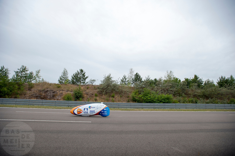 Lieske Yntema tijdens haar recordpoging. Het Human Power Team Delft en Amsterdam (HPT), dat bestaat uit studenten van de TU Delft en de VU Amsterdam, is in Senftenberg voor een poging het laagland sprintrecord te verbreken op de Dekrabaan. In september wil het HPT daarna een poging doen het wereldrecord snelfietsen te verbreken, dat nu op 133 km/h staat tijdens de World Human Powered Speed Challenge.<br /> <br /> Lieske Yntema at her record attempt. With the special recumbent bike the Human Power Team Delft and Amsterdam, consisting of students of the TU Delft and the VU Amsterdam, is in Senftenberg (Germany) for the attempt to set a new lowland sprint record on a bicycle. They also wants to set a new world record cycling in September at the World Human Powered Speed Challenge. The current speed record is 133 km/h.