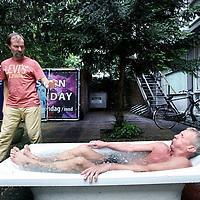 Nederland, Amsterdam , 22 juni 2013.<br /> workshop van Iceman (Wim Hof) <br /> Het gaat over de workshop die Iceman (Wim Hof) geeft voor reumapatiënten om via meditatietechnieken het immuunsysteem te beïnvloeden.<br /> Op de foto cursisten stappen in een bad met ijsklontjes. Links Wim Hof.<br /> <br /> Foto:Jean-Pierre Jans
