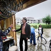 """Nederland, Amsterdam , 12 oktober 2011..forensisch psychiatrische kliniek Inforsa in Amsterdam Zuid Oost..Op de foto de binnenplaats met de trots van Inforsa """"De fietsenmaker"""" en enkele medewerkers..Ivo van Outheusden, psychiater, clustermanager in het  midden is in gesprek met Mohammed (links) 1 van de medewerkers van Forsa.Foto:Jean-Pierre Jans"""