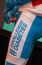 08-04-2016 NED: Challenge Diabetes on Tour, Arnhem<br /> Vandaag was de presentatie van de ploeg dat de roze trui in Milaan gaat ophalen. Op maandag 25 april 2016 vertrekken ze met een team bestaande uit mensen met diabetes en een begeleidingsteam naar Milaan. Na het overhandigen van de roze trui fietsen ze van 26 april t/m 3 mei in 8 dagen 1.190 km van Milaan naar Gelderland om daar op 4 en 5 mei 2016 een promotietour met de roze trui door de provincie te maken. Op 5 mei 2016 wordt de roze trui, vlak voor de ploegenpresentatie op het Marktplein in Apeldoorn, overhandigd aan de provincie / broek, item, fietsen