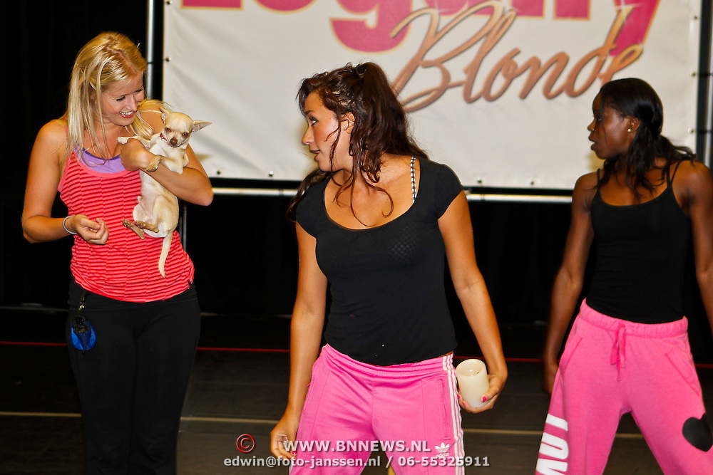 NLD/Amsterdam/20100823 - Perspresentatie musical Legally Blonde, Madelon van der Poel, Nicky van der Kuyp