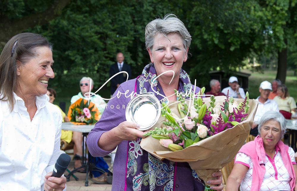 ARNHEM -  golfbaan de Rosendaelsche in Arnhem . Internationaal Senioren Strokeplay Kampioenschap gewonnen. Magda Rutten (foto) eindigt als derde. Links Liefbeth Leeflang (NGF).  FOTO KOEN SUYK
