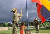 Soldados militares izando bandera, Parima, Amazonas, Venezuela.