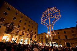 Lecce - Festeggiamenti in onore di Sant'Oronzo, San Giusto e San Fortunato. I fedeli attendono in Piazza Sant'Oronzo l'arrivo delle statue dei Santi.