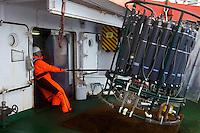 Marzo 2010. Océano Pacífico.<br /> Un tripulante del Hespérides manipula el CTD, instrumento científico para la obtención de muestras del océano profunda durante la etapa entre Auckland y Honolulu de la Expedición Malaspina.<br /> <br /> © JOAN COSTA