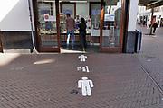 Nederland, Nijmegen, 26-4-2020 De binnenstad van Nijmegen is zo goed als leeg . Het is duidelijk rustiger en stiller in de straten, winkelstraten van het centrum in de stad . Mensen blijven thuis om zo min mogelijk risico te nemen ivm het corona virus . Bij winkels die geopend zijn hebben ondernemers maatregelen getroffen om anderhalve meter afstand te houden . Bij een take away  IJssalon . Terrassen zijn gesloten . Foto: Flip Franssen