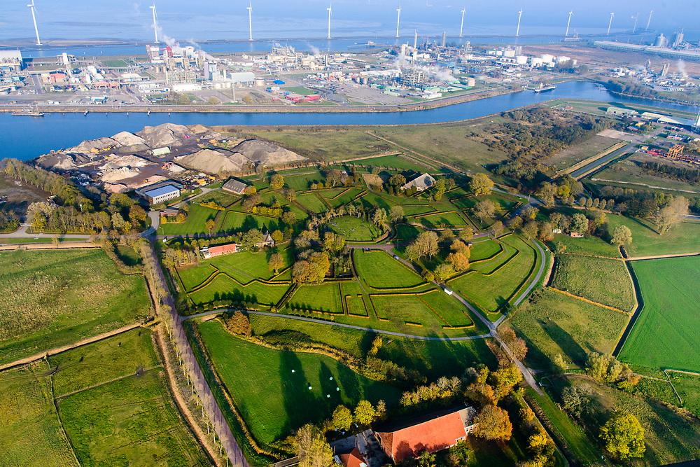 Nederland, Groningen, Delfzijl, 04-11-2018; Weiwerd (Gronings: Waaiwerd), voormalig wierdedorp, de radiale structuur van de wierde (terp) zichtbaar in het landschap. Dorp is grotendeels ontruimd ivm uitbreiding haven Delfzijl (die tot op heden is uitgebleven).<br /> Weiwerd (Gronings: Waaiwerd), former  village, the radial structure of the mound is visible in the landscape. <br /> <br /> luchtfoto (toeslag op standaard tarieven);<br /> aerial photo (additional fee required);<br /> copyright © foto/photo Siebe Swart