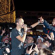 NLD/ENSCHEDE/20121224 - SERIOUS REQUEST DAG 7 EINDSTAND - The opposites maken contact met het publiek