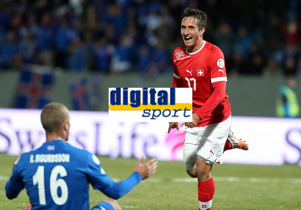 Reykjavik, 16.10.2012, Fussball WM 2014 Quali, Island - Schweiz, Mario Gavranovic (SUI) jubelt nach dem Tor zum 0:2. Enttaeuschung bei Ragnar Sigurdsson (ISL) (Pascal Muller/EQ Images)