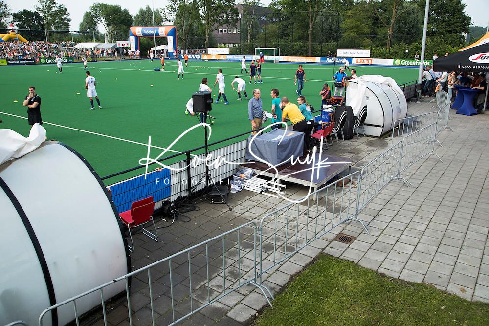 GRONINGEN  (Neth) - Hockey - RABO SUPER SERIE  <br /> Nederland v  Nieuw Zeeland (m).  hekken achter dug-out. COPYRIGHT KOEN SUYK