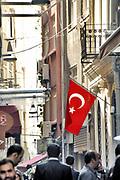 Turkije, Istanbul, 2-6-2015Turkse vlag hangt overal in de stad zoals hier in het centrum van de stadl .Foto: Flip Franssen