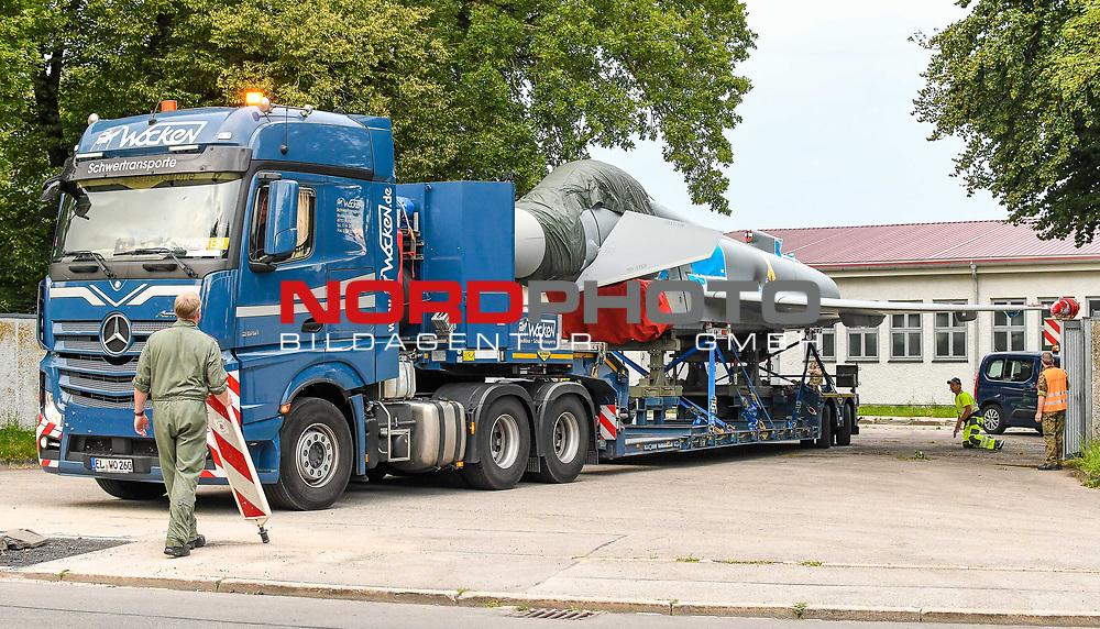 21.07.2020, Fliegerhorst, Kaufbeuren, GER, Transport eines Eurofighters nach Ingolstadt / Manching, mittels eines Schwertransporters wird ein Eurofighter Typhoon vom Fliegerhorst Kaufbeuren zum Fliegerhorst nach Manching transportiert. Der Transport erfolgt via B12, A7 und A8 und A9.<br /> im Bild bereits beim Verlassen des Fliegerhorstes ist Präzision notwendig<br /> <br /> Foto © nordphoto / Hafner