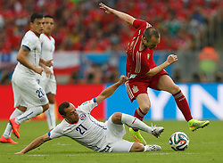 18-06-2014 BRA: World Cup Spanje - Chili, Rio Janeiro<br /> Chili wint met 2-0 van Spanje die door deze uitslag is  uitgeschakeld / Spain's Andres Iniesta vies with Chile's Marcelo Diaz<br /> <br /> *** NETHERLANDS ONLY ***