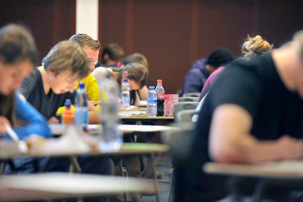 Nederland, Ubbergen, 15-5-2012Eindexamen Nederlands HAVO. Leerlingen, kandidaten, in de gymzaal waar het centraal schriftelijk examen, cse, wordt afgenomen.Foto: Flip Franssen/Hollandse Hoogte