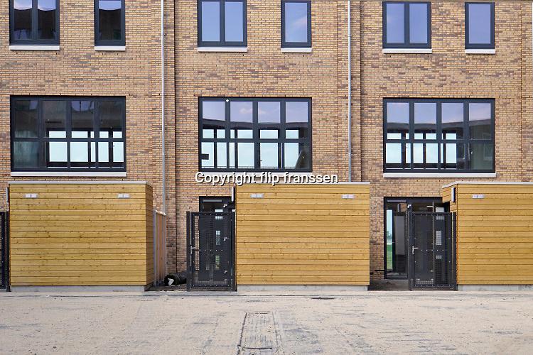 Nedeland, Nijmegen, 19-7-2020 In Nijmegen west wordt het woningbouwproject Waalfront uitgevoerd . Hier worden honderden nieuwe huizen en appartementen gebouwd . Ook een deel van het vroegere Honigterrein gaat hiervoor bebouwd worden . Er is veel belangstelling want het is wonen langs de waal en vlakbij het stadscentrum . Park fort Krayenhoff . Foto: ANP/ Hollandse Hoogte/ Flip Franssen