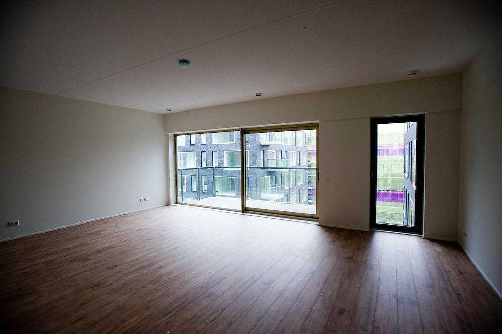 Nederland, Amsterdam, 11 dec 2010.Open huis in appartementenmcomplex Django..Deze woonflat staat op de Zuidas, de nieuwe kantorenwijk in amsterdam zuid. Tussen de hoge kantoortorens kan ook gewoond worden. De flats hebben hoge huren en zijn per direkt beschikbaar..Foto (c)  Michiel Wijnbergh