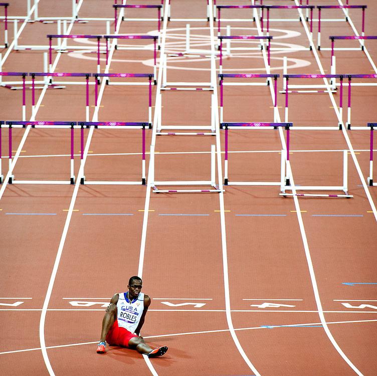 Engeland, Londen, 08-08-2012.<br /> Olympische Spelen.<br /> Atletiek, Mannen, 110 meter horden, Finale.<br /> Robles uit Cuba kruigt in de finale een hamstring blessure en verlaat het slagveld.<br /> Foto : Klaas Jan van der Weij