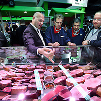 Nederland, Amsterdam , 7 november 2011..Vlees proeven  bekijken en beoordelen tijdens de VAS Beurs (slagers vakbeurs) in de  Amsterdamse Borchlandhal in Duivendrecht..Tasting and testing meat taste at the VAS Fair (butchers trade fair) in Amsterdam.