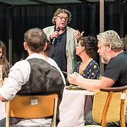 NLD/Aalsmeer/20170921 - Perspresentatie Fiddler on the Roof, regisseur Ruut Weissmanlegt het verhaal uit, Thomas Acda en Judith Linsen luisteren