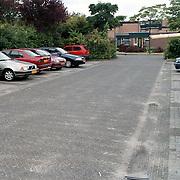 Parkeerterrein Holleblok Huizen gezien vanaf het winkelcentrum