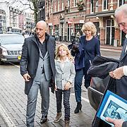 NLD/Amsterdam//20170309 - Herdenkingsdienst Guus Verstraete, Familie komt aan bij de La Mar