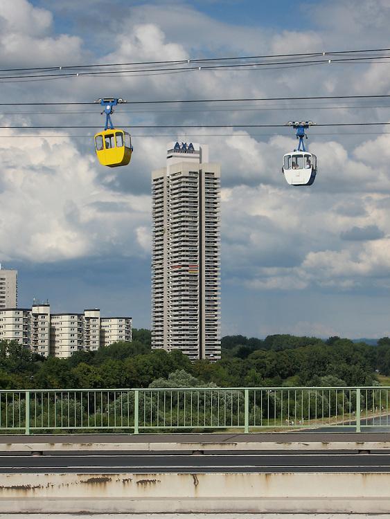 Deutschland, Köln, Seilbahn über Rhein und die Zoobrücke - AXA-Hochhaus im Hintergrund    Germany, Cologne, cable car, over the river Rhine / Rhein and the Zoobruecke / bridge   