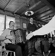 Volksmusik im Dorf: in seinem Restaurant spielt Roger Schouwey auf seinem Akkordeon jeden Sonntag zum Tanz auf, Im Fang, 2004. © Romano P. Riedo
