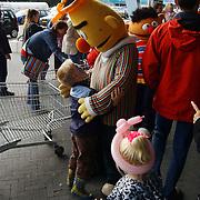 Vernieuwde Maxis Muiden bestaat 1 jaar, clown, sminken, en ballonnen, pop Bert, Sesamstraat