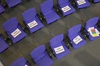 """DEU, Deutschland, Germany, Berlin, 07.05.2020: Stühle mit Zetteln """"Bitte Frei lassen!"""" bei einer Plenarsitzung im Deutschen Bundestag. Um Ansteckungen von Abgeordneten mit dem Coronavirus zu vermeiden, darf nur jeder Dritte Stuhl besetzt werden, zwei Plätze dazwischen müssen frei gehalten werden."""