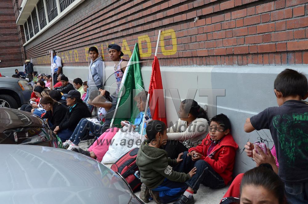 Toluca, México (Octubre 25, 2016).- Un grupo de Antorchistas del municipio de Chimalhuacán se manifestaron frente a las oficinas del Instituto de Salud del Estado de México (ISEM), para exigir les manden médicos para sus diferentes centro de salud y den una mejor atención  a los enfermos.  Agencia MVT / José Hernández