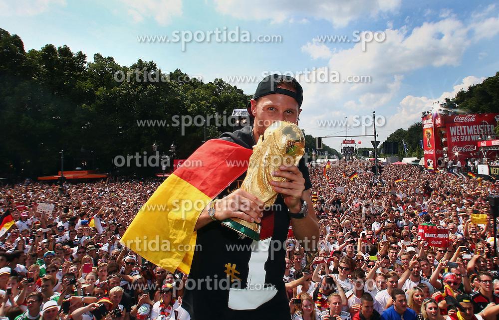 15.07.2014, Brandenburger Tor, Berlin, GER, FIFA WM, Empfang der Weltmeister in Deutschland, Finale, im Bild Benedikt Hoewedes (GER) mit dem WM-Pokal // during Celebration of Team Germany for Champion of the FIFA Worldcup Brazil 2014 at the Brandenburger Tor in Berlin, Germany on 2014/07/15. EXPA Pictures © 2014, PhotoCredit: EXPA/ Eibner-Pressefoto/ Pool<br /> <br /> *****ATTENTION - OUT of GER*****