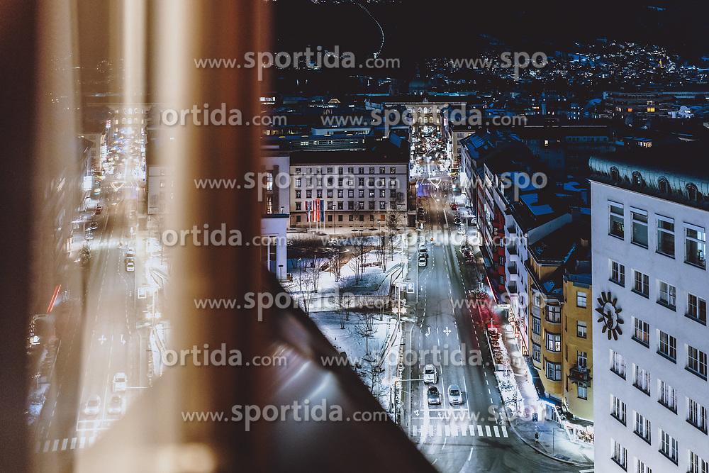 THEMENBILD - Blick aus einem Hotelzimmerfenster auf die beleuchteten Strassen der Tiroler Landeshauptstadt, aufgenommen am 22. Jänner 2021 in Innsbruck, Oesterreich // View from a hotel room window onto the illuminated streets of the Tyrolean capital in Innsbruck, Austria on 2021/01/22. EXPA Pictures © 2021, PhotoCredit: EXPA/ JFK