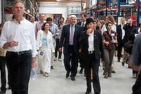 06 AUG 2009, BRAUNSCHWEIG/GERMANY:<br /> Dipl. Ing. Klaus-Henning Terschueren (vorne L), Geschaeftsfuehrer Solvis, Carola Reimann (2.v.L.), MdB, SPD, Frank-Walter Steinmeier (M), SPD, Bundesaussenminister und Kanzlerkandidat, Besuch der Firma Solvis GmbH & Co KG<br /> IMAGE: 20090806-01-146<br /> KEYWORDS: Sommerreise, Bundestagswahl 2009, Wahlkampf, Klaus-Henning Terschüren