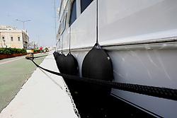 Il proprietario di questo grosso panfilo di circa 12 m, attraccato nel porto di Brindisi, non ha badato a spese, rivestendo le boe che ammortizzano gli urti sulla banchina.