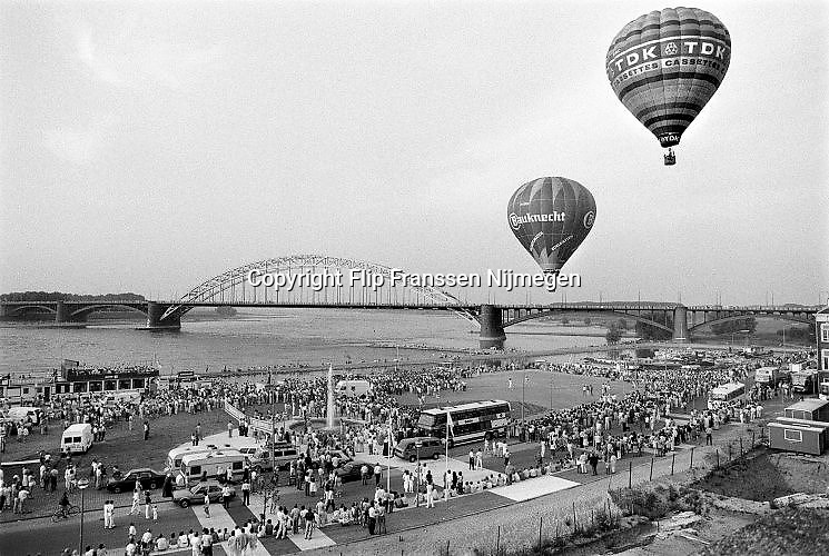 Nederland, Nijmegen, 16-7-1985Tijdens de zomerfeesten, vierdaagsefeesten, vetrekken luchtballonnen van o.a. TDK cassetebandjes en bauknecht vanaf de Waalkade. Het Holland Casino is nog niet gebouwd, en de oude waalkade is groot genoeg voor de ballonnen. Ballonvaart.Foto: Flip Franssen/Hollandse HoogteFoto: Flip Franssen/Hollandse Hoogte