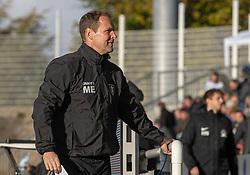 En smilende cheftræner Morten Eskesen (FC Helsingør) under kampen i 1. Division mellem FC Helsingør og Skive IK den 18. oktober 2020 på Helsingør Stadion (Foto: Claus Birch).
