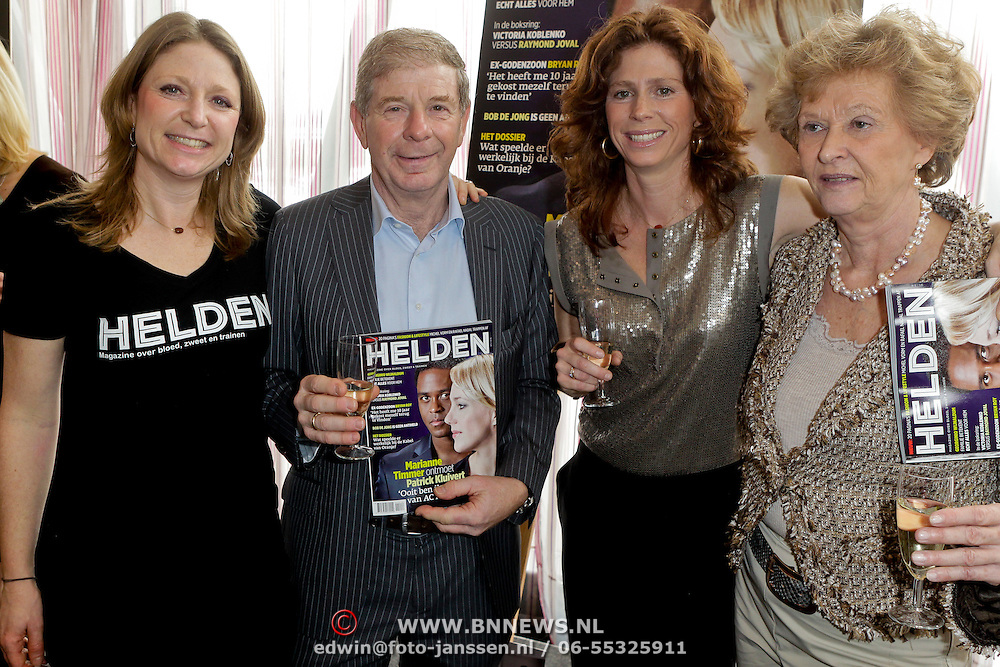 NLD/Ridderkerk/20120222 - Presentatie Helden, Kim Barend, vader Frits Barend, Barbara Barend en partner Marijke met eerste blad